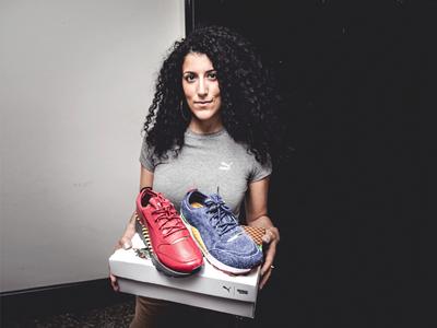 PUMA Mitarbeiterin zeigt zwei Schuhe