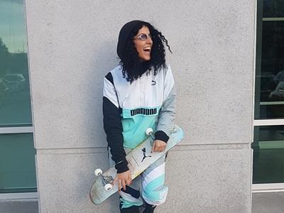 PUMA Mitarbeiterin mit einem Skateboard