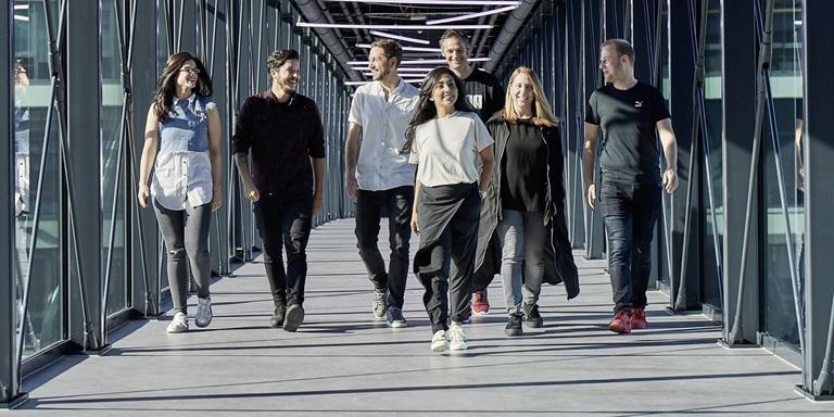 Menschen laufen auf der PUMA Brücke