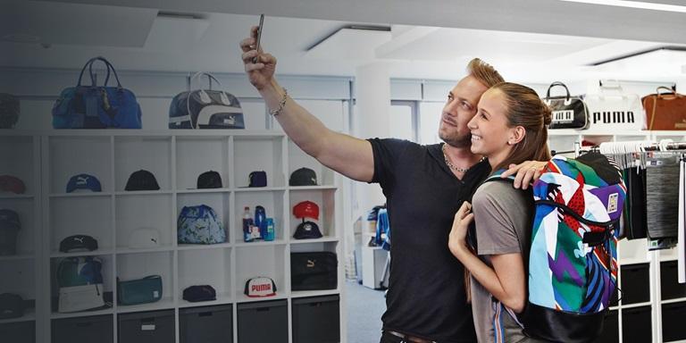 zwei Menschen machen ein Foto