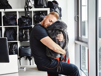 Creative Director Stuart umarmt einen Rucksack