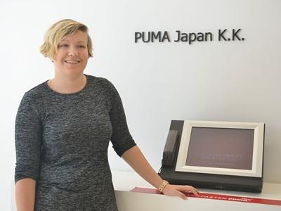 Anna Schneewind in einem Japan's PUMA Büro