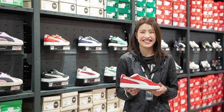 Lächelnde Mitarbeiterin im Store