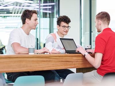 drei Menschen arbeiten im NOHO