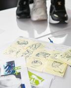 drei PUMA sneaker und Papier