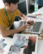 Mann am Arbeiten mit dem Laptop