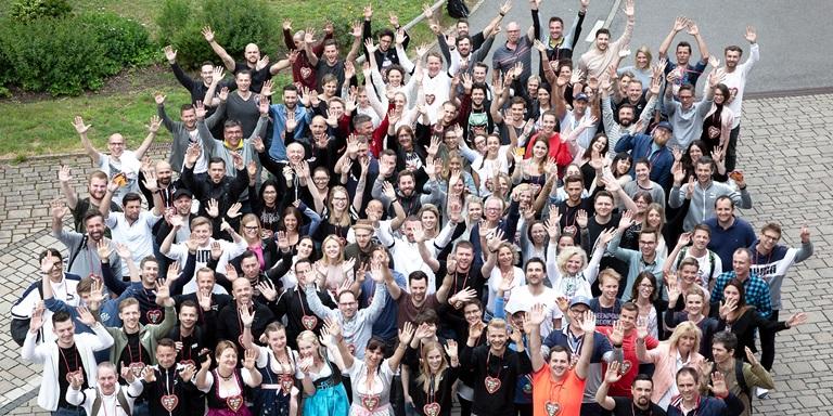 PUMA DACH - Gruppenbild - winkende Mitarbeiter