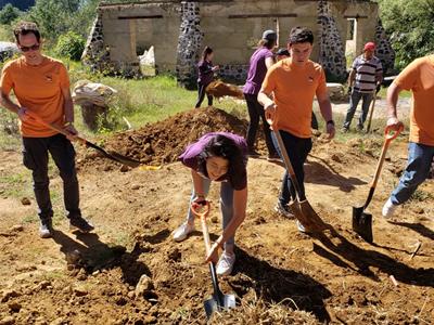 PUMA Mitarbeiter helfen der örtlichen Gemeinde