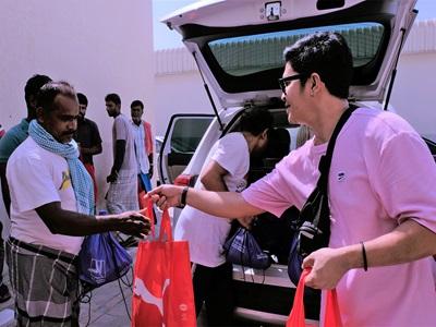 PUMA Mitarbeiter geben Taschen aus