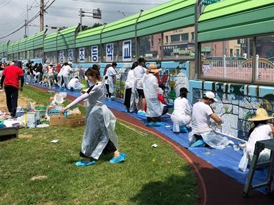 PUMA-Mitarbeiter streichen Wände
