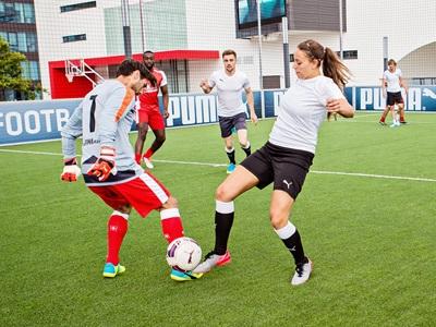 PUMA-Mitarbeiter spielen Fußball