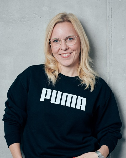 Lächelnde PUMA-Mitarbeiterin
