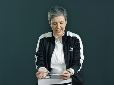 PUMA-Mitarbeiterin mit einer Schachtel