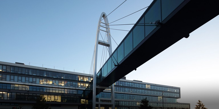 Brücke und Bürogebäude beim PUMA Headquarter