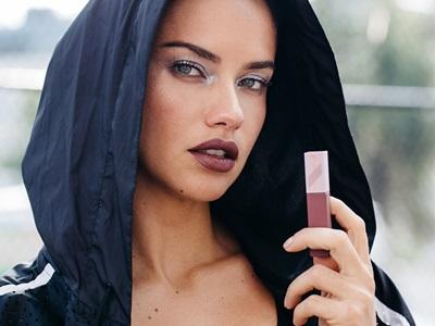 Adriana Lima mit einem PUMA und Maybelline Lippenstift