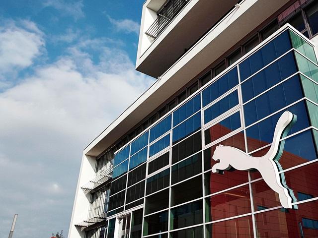 Eingang bei PUMAs Unternehmenssitz mit Logo