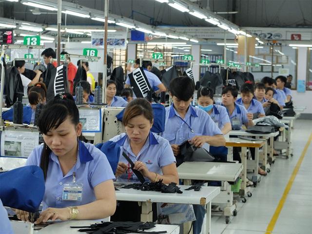 Arbeitende Mitarbeiter in einer von PUMAs Fabriken